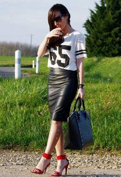 jupe noire avec des chaussures rouges