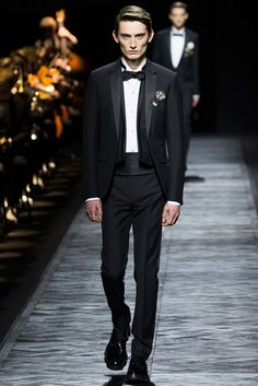 Note to selves: no one does evening wear like Dior Homme. Go to our catwalk gallery to see every look from this season's Dior Homme show. Vogue Paris, Fashion Show, Mens Fashion, Fashion Design, Paris Fashion, Runway Fashion, High Fashion, Ralph Lauren, Moda Masculina