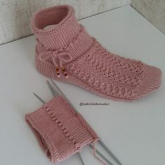 Bu soguk gunlerde bu sıcacik patikler vazgecilmez sanirim🤗🤗hayirli aksaml… In these cold days, these hot booties may not be possible. Irish Crochet Patterns, Crochet Designs, Knitting Patterns, Knitting Socks, Free Knitting, Half Socks, Crochet Hooded Scarf, Knitted Slippers, Sock Yarn