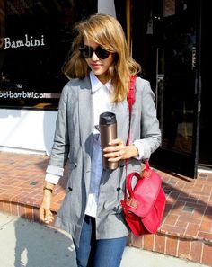 Jessica Alba casual dia camisa blanca y bolso maletin de color fucsia outfit total¡¡¡¡
