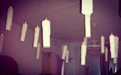 Kynttilät ripustettu kahden puuriman väliin siimoilla roikkumaan. (Katonrajassa olevissa puurimoissa on koukkuja, joiden väliin siimat kiinnitetään). Kynttilöistä tuli niin painavia, ettei ne pysyneet teipillä tai sinitaralla katossa kiinni. Jälkiviisaan vinkki: upeampi kokonaisuus syntyy, jos ottaa valaisimet pois katosta! =)