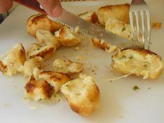 Ingredientes 10 pães franceses 200 g de queijo mussarela ralado 1 copo de requeijão Orégano Sal se necessário 1 cebola média bem picadinha 8 dentes de alho bem... Read More »