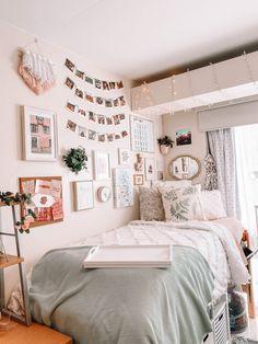 Dorm Room Themes, College Bedroom Decor, Dorm Room Designs, College Room, Cute Dorm Rooms, Room Ideas Bedroom, Bedroom Inspo, Dorm Rooms Girls, Doorm Room Ideas