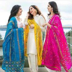 Koi naa rishta ayea hun tainu v tan ghrdya vangu koi na koi asr hona hi aa Mehendi Outfits, Pakistani Outfits, Indian Outfits, Pakistani Couture, Indian Dresses, India Fashion, Ethnic Fashion, Indian Fashion Trends, Women's Fashion
