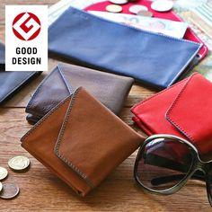 《公式》グッドデザイン賞を受賞した旅行用財布。旅の数ほど味わい深くなる、小さめで安全性を考えた設計。SUPER CLASSICがおすすめする、二つ折り財布「旅行財布 abrAsus」。財布を開けば、お札も小銭もカードも一目瞭然。慣れない外貨の支払・受取もスムーズに。 Cool Designs, Wallet, Purses, Diy Wallet, Purse