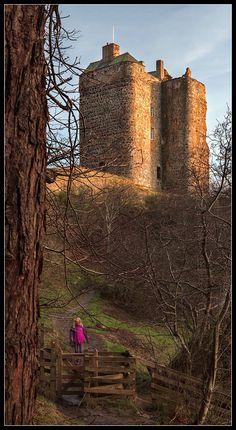 Neidpath Castle, lies west of Peebles in de Scottish Borders, Scotland_ UK. It was built in de 14th century.