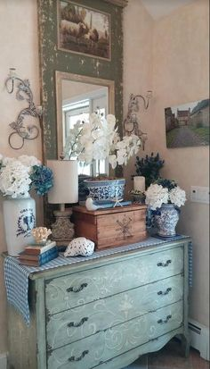 The Shabby Chic décor style popularized by Rachel Ashwell and Arhaus seeks to have an opulent vintage look. Shabby Chic furniture is given a distressed look by covered in sanded milk paint. Vintage Home Decor, Vintage Furniture, Diy Home Decor, Vintage Interiors, Traditional Interior, Diy Décoration, Eclectic Decor, Interiores Design, Country Decor