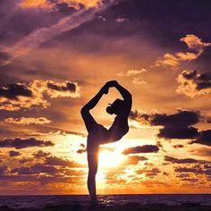 Wind down with some sunset beach yoga yoga inspiration photos photography beautiful yoga photography Gymnastics Photography, Yoga Photography, Fitness Photography, Lifestyle Photography, Scenery Photography, Gymnastics Pictures, Dance Pictures, Beach Gymnastics, Flips Gymnastics