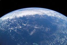 Et si la Terre avait produit elle-même l'eau de ses océans ? Et si l'eau actuellement présente à la surface de la Terre ne provenait pas, ou pas seulement tout du moins, des astéroïdes ayant frappé notre planète dans le passé, mais de processus géologiques inte
