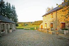 """Ferme de la Hé is een stijlvol gerestaureerde hoeve in het hartje van de Ardennen. Het bevindt zich in het natuurpark """"les Deux Ourthes"""" tussen Houffalize en Bastogne. Je geniet er van alle rust en privacy, omgeven door weides en bossen. Het... (more)"""