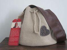 Betty 2 bolso tejido en crochet con hilo de algodón color beige y cinta cafe oscura en material sintetico, decoración exterior en madera. Costo $40,00 USD