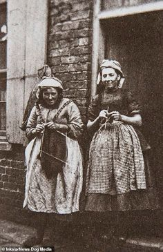 Revealed: The heroic fisher girls of the Vintage Photographs, Vintage Photos, Girl Train, Vintage Knitting, Vintage Crochet, Rare Pictures, Working Woman, Picture Show, Old Photos