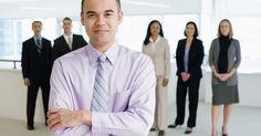 Metas y objetivos de un gerente de proyecto. Los gerentes de proyecto sirven como punto de contacto para la administración, los vendedores y los clientes para cada proyecto. Los gerentes de proyecto cumplen el papel de organizar los recursos, desarrollar el plan de un proyecto, dirigir las tareas y supervisar el estado de los proyectos y presupuesto. Las metas y objetivos de un gerente de ...