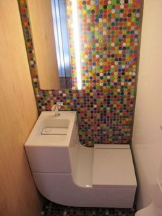 Water Recycling Toilet-Sink: Great for Tiny Houses. Love the button background too.  Baño que recicla agua, ideal para casas mini. Me gusta tmbien el diseño de botones.