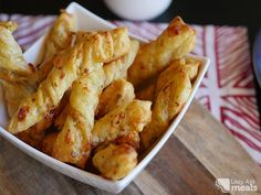 These super easy puff pastry cheese twists make for the perfect snack or treat. They reheat really well so they& great for the lunch box! Fish Recipes, Appetizer Recipes, Snack Recipes, Cooking Recipes, Recipies, Yummy Appetizers, Dessert Recipes, Tapas, Cheese Twists