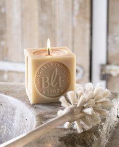 Bougies la Française - Une bougie parfumée senteur savon de Marseille qui s'expose dans votre salle de bain pour parfaire votre déco !