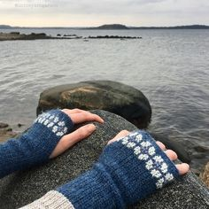 These cozy wrist warmers are super easy to crochet. They only consist of rows of single crochet (US terms). To make them a little more special they are decorated with cross stitches. Crochet Wrist Warmers, Crochet Gloves, Hand Warmers, All Free Crochet, Single Crochet, Crochet Granny, Loom Knitting, Hand Knitting, Knitting Machine