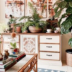 Summer is just around the corner, and with it beckons a whole new season of colour, design and summer trends to grace our interior spaces! Booth Decor, Tiny Apartments, Pent House, Beautiful Interiors, Dorm Room, Living Room Decor, New Homes, Gallery Wall, Design Inspiration