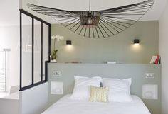 Une chambre à la déco moderne avec une verrière intérieure