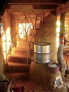 A great example of a rocket stove mass heater and beautiful cob staircase design in a straw bale house at Red Earth Farms. Cob Building, Building A House, Green Building, Wilde Hilde, Rocket Mass Heater, Earthship Home, Stove Heater, Tadelakt, Natural Homes