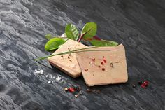 """Le Foie Gras (sans autre dénomination) - De plusieurs oies ou bien de canards - """"Préparations composées de morceaux de lobes de Foie Gras agglomérés et d'un assaisonnement"""" #foiegras #appellation http://tinyurl.com/o4v3ewd"""