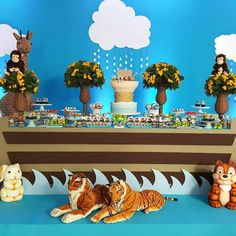 """Fofura de decoração no tema Arca de Noé. Produção assinada por @candicefragoso… Safari Birthday Party, Baby First Birthday, Birthday Parties, Noahs Ark Party, Holidays And Events, Dessert Table, Party Planning, First Birthdays, Diy And Crafts"