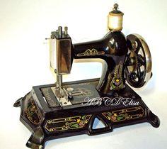Cette machine est un des premiers modèles d'une longue série Machines allemandes de dans le médaillon d'une machine, un ours , emblème de la ville de Berlin, siège de la fabrique 1896 1915 ces modèles n'ont pas encore de volant diverses fabrications vers...