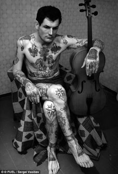 Russian prison tattoos showed mafia rank, terms of incarceration, criminal acts, etc and like other countries - one could be brutally beaten wearing 'unearned' motifs Russian Prison Tattoos, Russian Criminal Tattoo, Russian Tattoo, Russian Mafia Tattoos, Et Tattoo, Tattoo Hals, Body Art Tattoos, Tatoos, Ring Tattoos