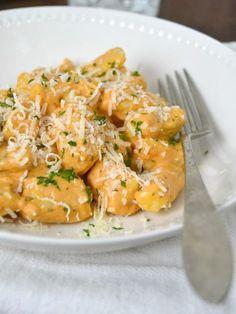 Ñoquis caseros con salsa de tomate y queso