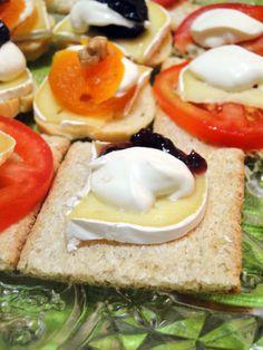 Torradinhas de queijo brie, cream cheesem geléia, damasco e tomate