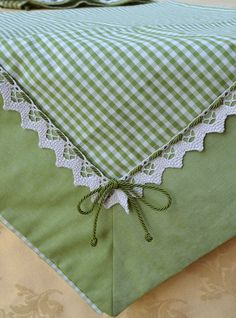 KIWI TABLE CENTREPIECE - PatriziaB.com The kiwi green color of these fabrics makes this centerpiece fresh and youthful, ideal for a kitchen or a dining room in shabby chic style