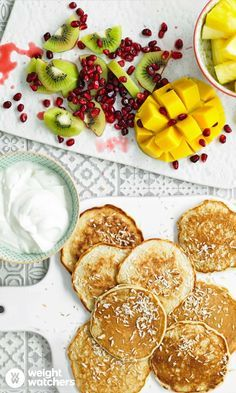 Enjoy a tasty and delicious meal in Learn how to make Coconut pancakes with tropical fruit and get the Smartpoints of the recipes. Fruit Pancakes, Coconut Pancakes, Low Calorie Recipes, Healthy Recipes, W Watchers, Coconut Drinks, Toasted Coconut, Healthy Fruits, The Fresh