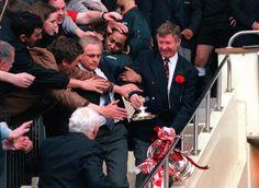 Alex Ferguson with the 1996 FA Cup trophy Ua Football, Football Shirts, Sir Alex Ferguson, Fa Cup, Manchester United, Beckham, Diana, England, The Unit