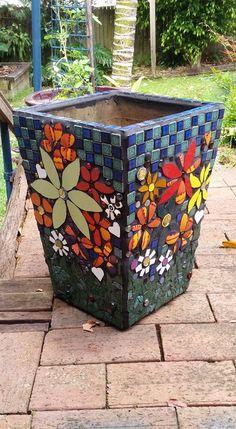 pots in mosaic Mosaic Planters, Mosaic Garden Art, Mosaic Tile Art, Mosaic Vase, Mosaic Flower Pots, Mosaic Artwork, Mosaic Crafts, Mosaic Projects, Mosaics