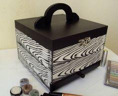 Linda maleta organizadora de maquiagem. Possui ótimo espaço interno, espelho, gaveta inferior e fecho prateado na tampa. Super moderna!