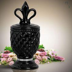 Sofisticação e requinte para o seu ambiente com este belíssimo vaso decorativo com detalhe em espelho.