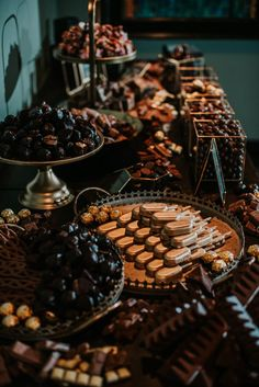 17 Gorgeous Grazing Table Ideas to Whet Your Appetite - Great Wedding Ideas - Dessert Dessert Bars, Dessert Table, Dessert Recipes, Dinner Recipes, Grazing Tables, Food Stations, Food Combining, Night Snacks, Food Platters
