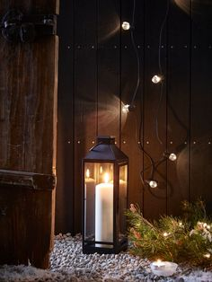 Combine candlelight, evergreen branches and chains of fairy lights for a magical midwinter glow this festive season. #myIKEA #IKEA #candles #fairylights #myIKEAmagicalmoment #IKEAaccessories #IKEAdecorideas #wintertime #christmasdecoration #christmas #weihnachten Laterne #Kerzen #Winterdekoration #Weihnachtsdeko #Einrichtungsideen