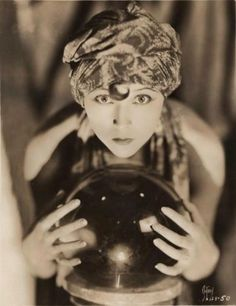 Boule de Voyance : 26 Lovely Photos of Young Girls as Fortune Tellers From the Late to Early Vintage Gypsy, Vintage Witch, Vintage Circus, Creepy Vintage, Gypsy Fortune Teller, Fortune Telling, Tips Belleza, Silent Film, Crystal Ball