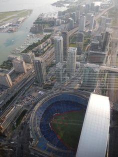 Blick vom CN Tower Toronto mit Blick ins Football- Stadion bei laufendem Spiel...2014