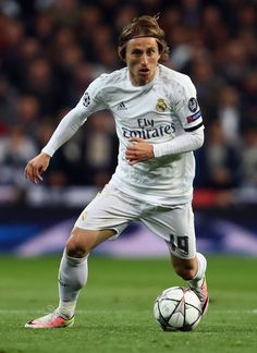 Luka Modric of Real Madrid controles the ball during the UEFA Champions league Quarter Final Second Leg match between Real Madrid and VfL Wolfsburg at Estadio Santiago Bernabeu on April 12, 2016 in Madrid, Spain. (April 11, 2016 - Source: Alex Grimm/Bongarts)