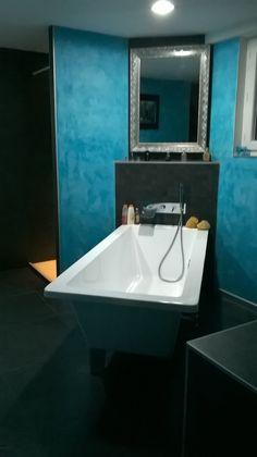 salle de bains sol ardoise brossée, remontée derrière la baignoire en mosaïque ardoise. mur en smoothie turquoise pour changer du blanc ou du gris