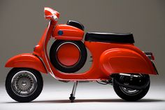 The ultra-rare Vespa Super Sprint was maufactured between 1965 - It featured a narrower front end compared to other Vespas and a glove box and spare wheel mounted in the step-through area of the frame. Piaggio Vespa, Lambretta Scooter, Vespa Motor Scooters, Vespa Super, Vespa Smallframe, Motos Vespa, Classic Vespa, Inazuma Cafe Racer, Scooter Motorcycle