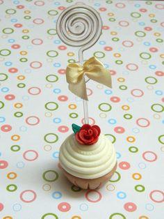 Porta recados cupcake feito em biscuit, aplicação de lacinho de cetim. O cupcake mede aproximadamente 5cm de altura e vem embalado em caixinha de acetato. (as cores das fitas podem variar de acordo com o estoque)  Pedidos acima de 10 unidades o prazo para produção aumenta para 15 dias.  Para impressão da tag será incluso R$1,00 no valor de cada porta recado. R$13,00