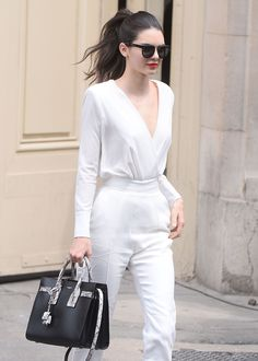 Street style da modelo Kendall Jenner, com look total branco, com exceção da bolsa. Kendall Jenner's Chic Street Style Kendall Jenner Estilo, Kendall Jenner Outfits, Kendall Jenner Lipstick, Kendall Jenner Jumpsuit, Couture Week, Mode Chic, Mode Style, 20s Style, Chic Chic