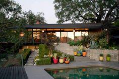 Een heerlijk fris ogende tuin. Mooie balans tussen kleuren, beplanting en het lijnenspel. #tuinen #inspiratie