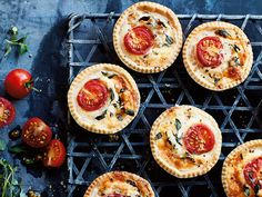 These Mini Cheese and Tomato Tartlets from Annabel Karmel are perfect for a picnic or lunchbox. As pretty as they are delicious, they could even be served at a dinner party. Lunch Box Recipes, Baby Food Recipes, Lunchbox Ideas, Savoury Recipes, Savory Snacks, Brunch Recipes, Healthy Baked Peaches, Baby Meal Plan, Mini Tartlets