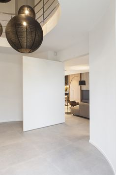 FritsJurgens pivot door. Architect: Fugazzi interieurarchitecten. Fotograaf: Hannes Verstraete