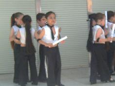 Kory y compañeras del colegio en actuación.