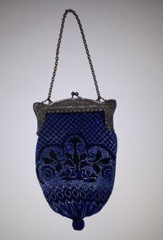 Purse knitted with antique beads by Tineke Nieuwenhuijse-Taal. Sweet Bags, Coin Purse, Handbags, Purses, Wallet, Beads, Antiques, Frame, Pretty